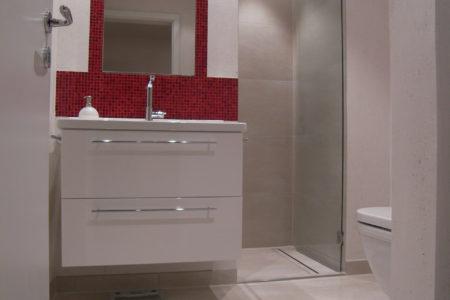 Waschtisch kleines Badezimmer mit Fliesen