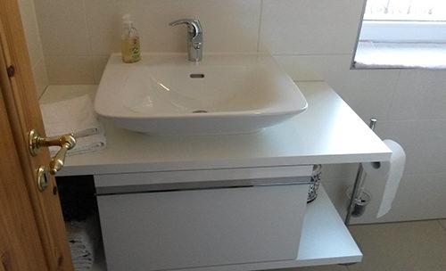 keramisches Aussatzbecken im mini Duschbad