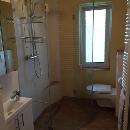 Minibadezimmer mit Kunststoffbodenbelag