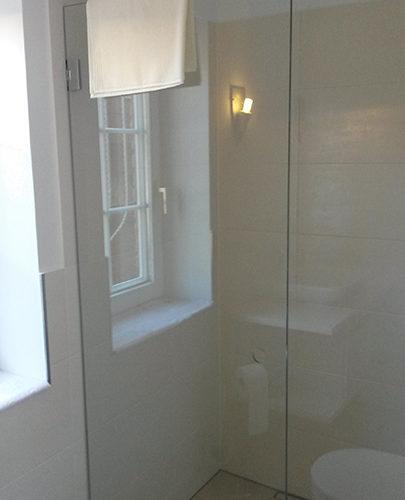 Glas-Duschabtrennung im neuen Bad