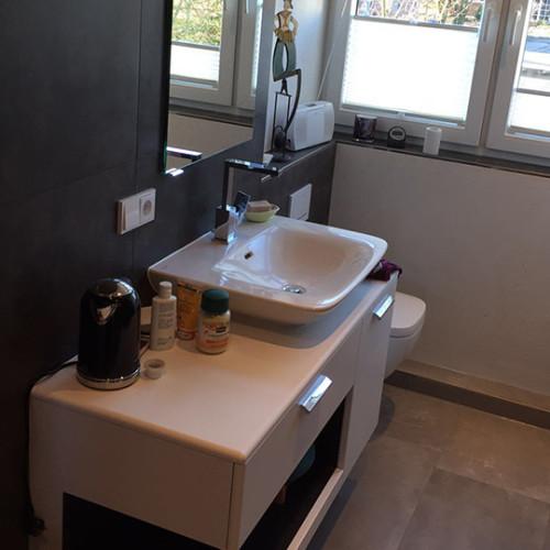 Badezimmer im Dachgeschoss mit Dusche