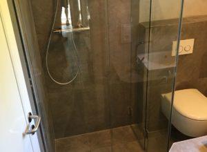 Bodengleiche Dusche mit Klapptüren aus Glas