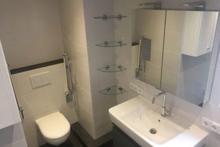 Kleines helles Badezimmer