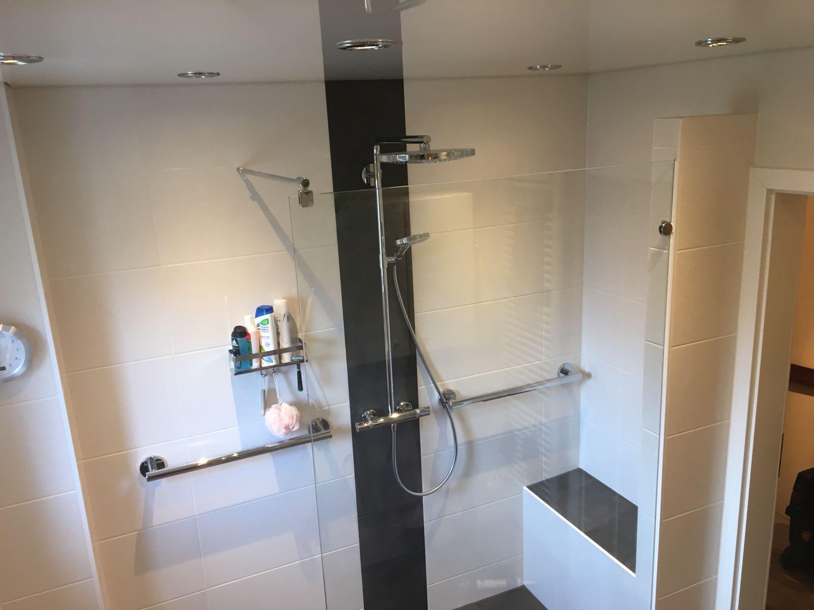 Walk-In-Dusche mit Ablage