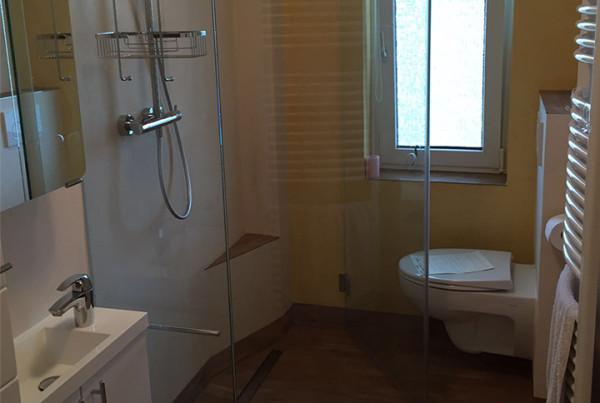 Klappbare Duschtüren im Minibad