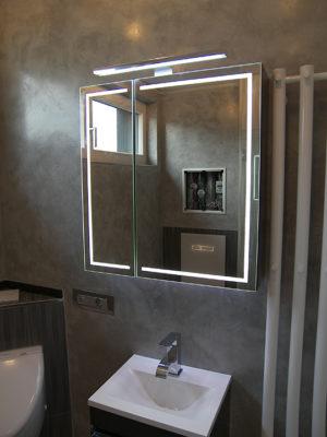 Spiegelschrank mit integrierter Beleuchtung