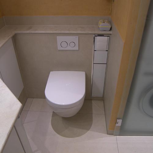 WC mit Wandnische für Papierrolle und Bürste