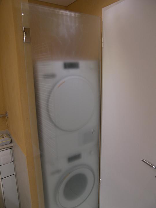 Waschmaschine und Trockner im Minibad