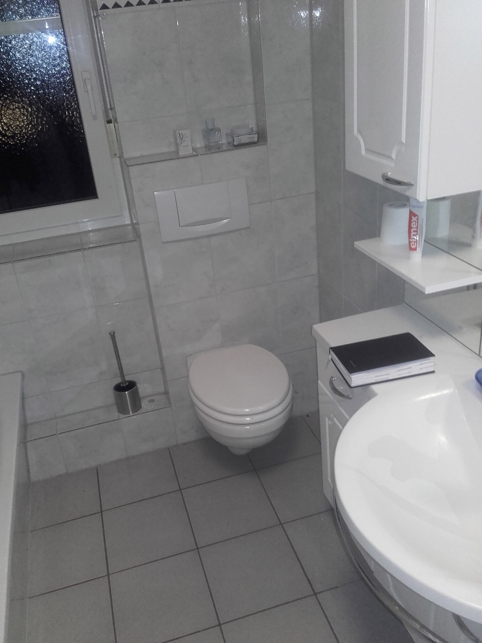 Modernes 11,11 qm Duschbad mit großformatigen Fliesen in Seevetal