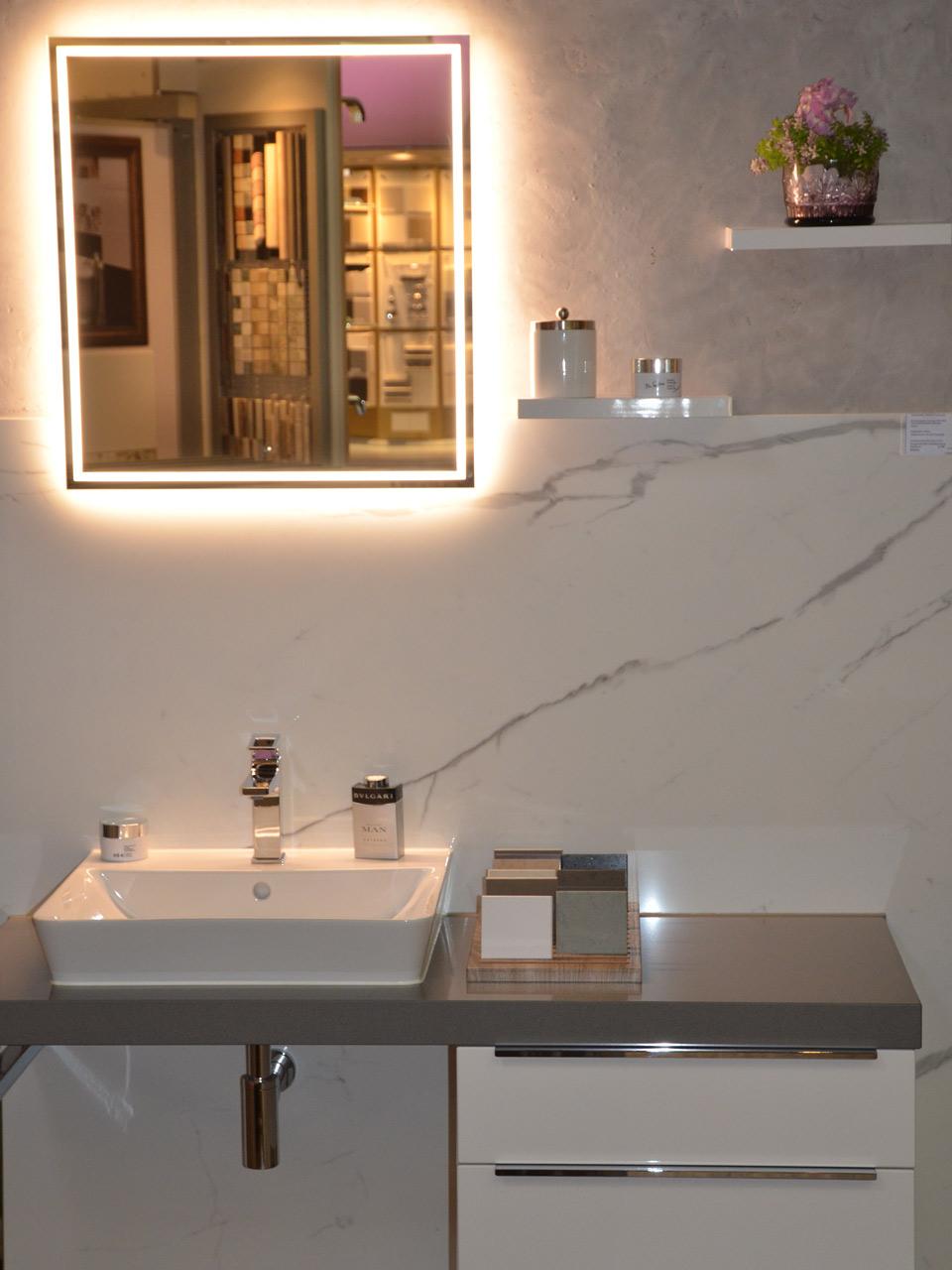 Bad mit Spiegel und Waschtisch