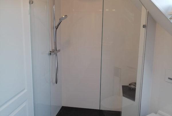Bad mit Dusche unter Dachschräge