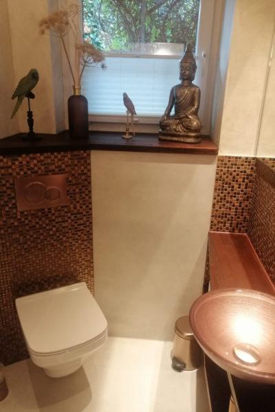 Modernes Gäste WC mit Glasmosaik, Aufsatzbecken und WC