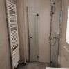Neues Bad mit Dusche und Glas-Klapptüren