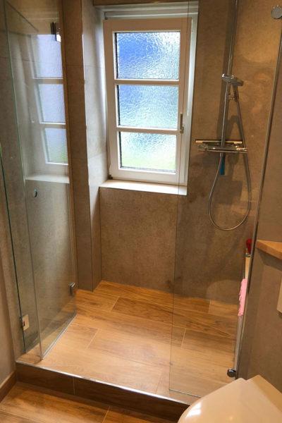 Fliesen in Holzoptik im Bad mit Dusche