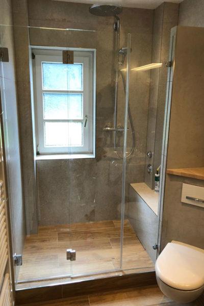 Bad mit Dusche und Fliesen in Holzoptik