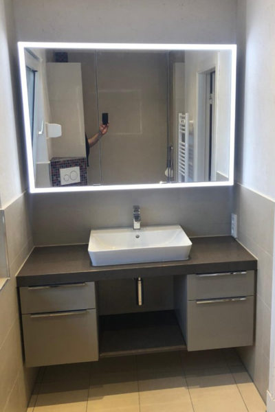 Waschtisch mit Spiegel und Unterschrank