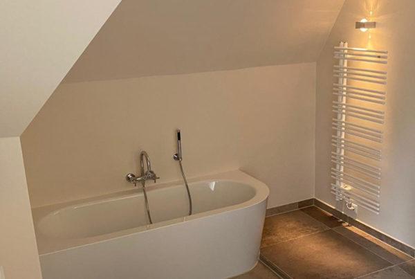 Ovale Badewanne unter Dachschräge