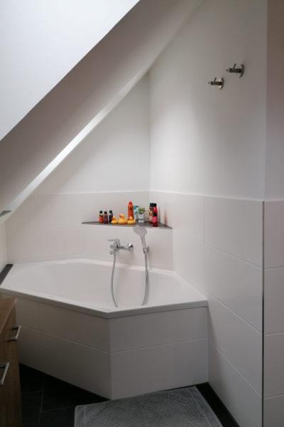 Badewanne im neuen Badezimmer mit Dachschräge in Schnelsen