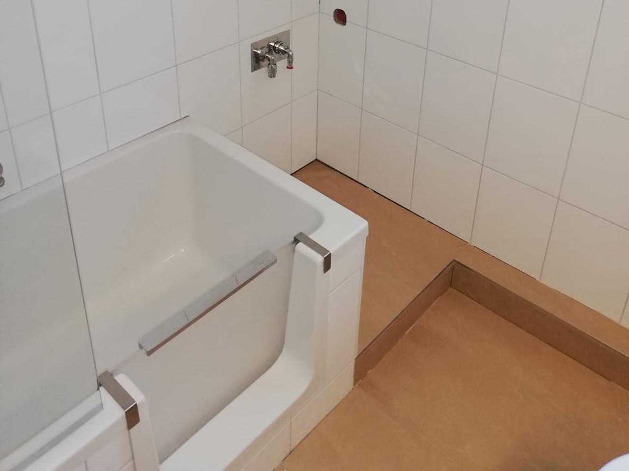 Badewanne mit Tür