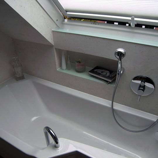 badewanne-unter-dachfenster-im-kleinem-bad