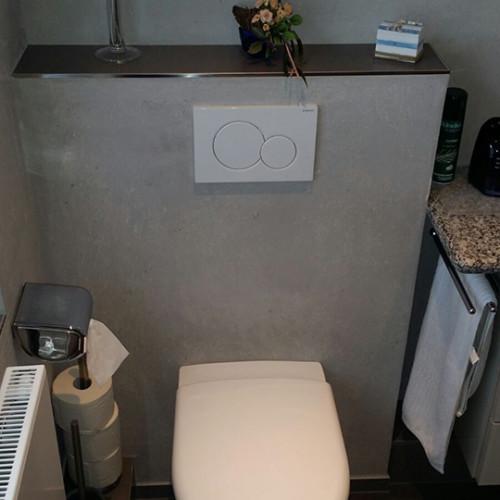 Badezimmer mit Natursteinputz und Vinylboden