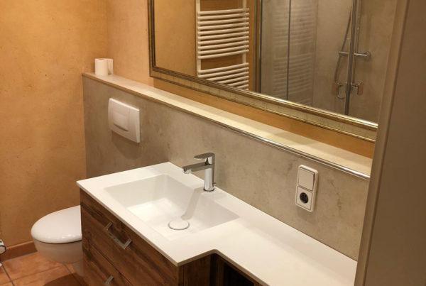 Badezimmer mit neuem Waschtisch inkl. Unterschrank und Ablage