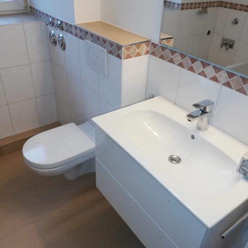 Badezimmer mit Waschtisch und WC