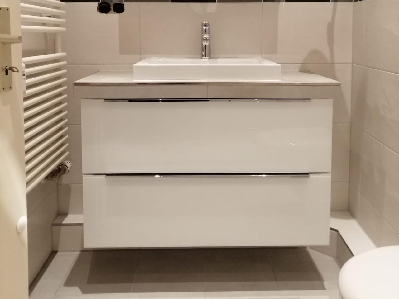 Waschtisch mit Unterschrank und Aufsatzbecken