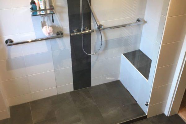 Neues Bad mit offener Dusche HH Langenhorn