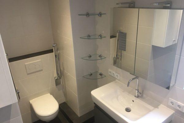 Neues Bad mit viel Stauraum HH Langenhorn