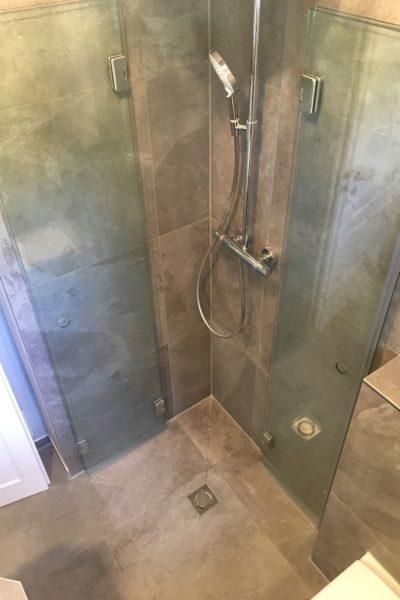 Bodengleiche Dusche mit Klapptüren