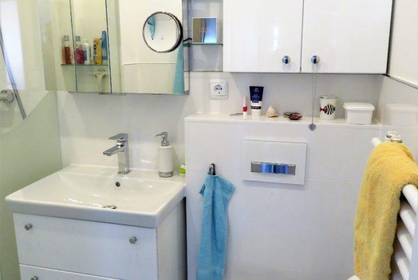 Helles Minibad mit Wand Wc und Keramikwaschtisch