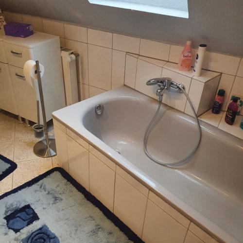 Badewanne im alten Badezimmer mit Dachschräge in Schnelsen