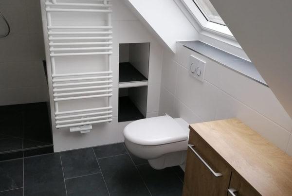 WC im neuen Badezimmer mit Dachschräge in Schnelsen