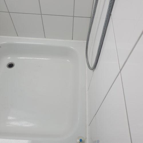 Dusche im alten Badezimmer mit Dachschräge in Schnelsen