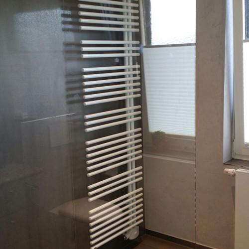 Duschabtrennung aus Glas und großer Handtuchheizkörper
