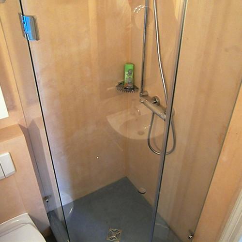 Duschabtrennungen in fünfeckiger Dusche mit Glaswänden