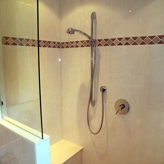 duschbad-mit-sitzbank-bad-segeberg