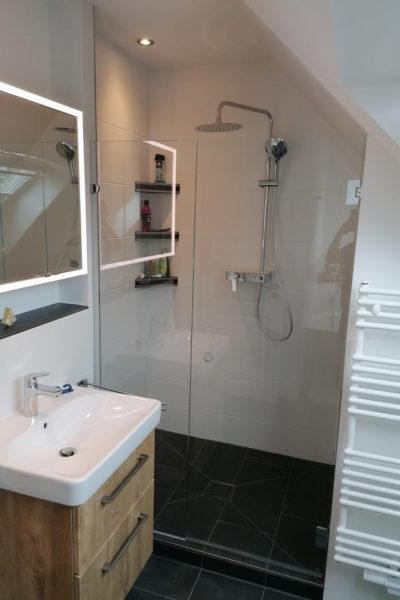 Dusche und Waschtisch im neuen Badezimmer mit Dachschräge in Schnelsen