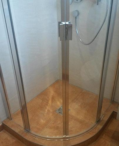 geflieste Viertelkreis-Dusche
