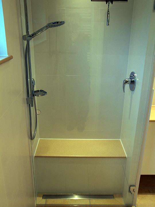 begehbare dusche mit sitzbank bad 031 b der dunkelmann. Black Bedroom Furniture Sets. Home Design Ideas