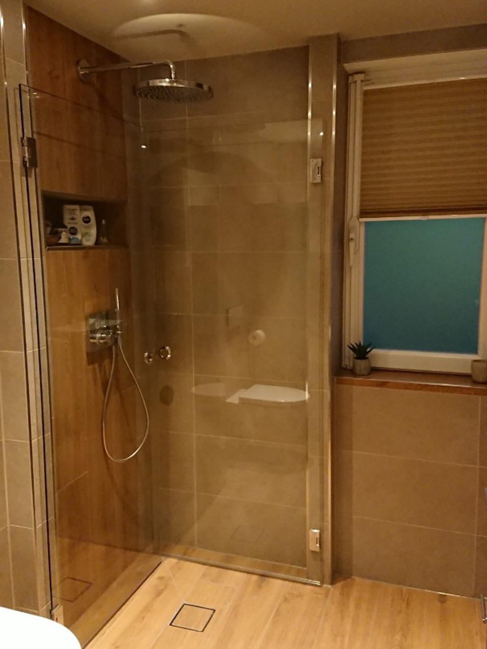 Dusche mit Glasklappwänden