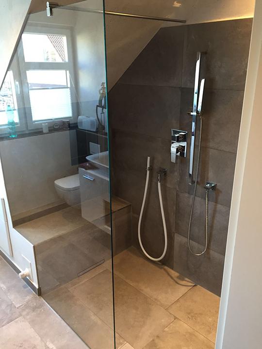 Badidee - großer Duschbereich unter der Dachschräge