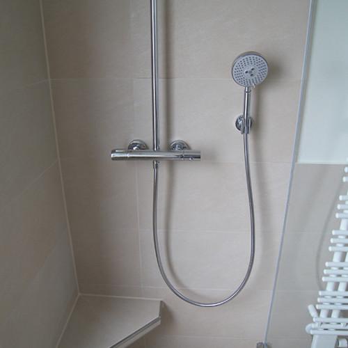 Ecksitzbank in moderner Dusche