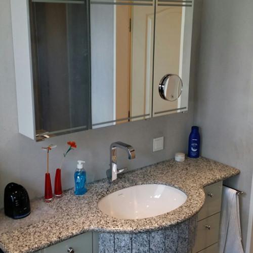 Badezimmerschrank mit farbig gestalteten Glasfronten