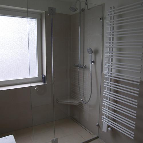Feststehende Glas Duschabtrennung Mit Kleiner Tür