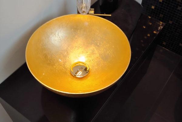 Gäste WC mit goldenem Waschbecken