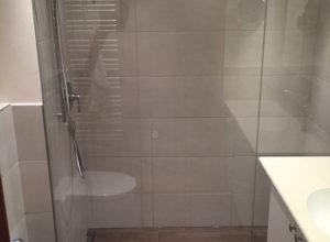 geräumiger Duschbereich