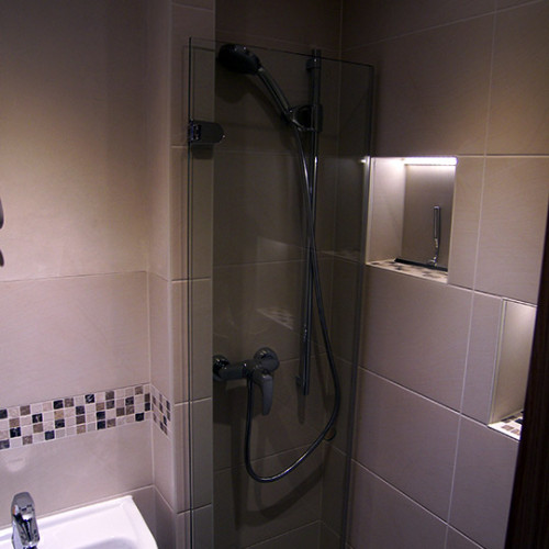 Glas-Duschabtrennung im Gäste WC in Kleiner Grasbrook