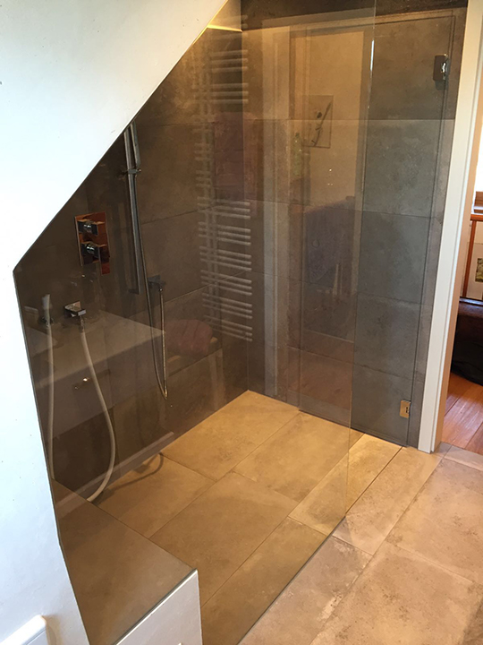 badidee gro er duschbereich unter der dachschr ge. Black Bedroom Furniture Sets. Home Design Ideas